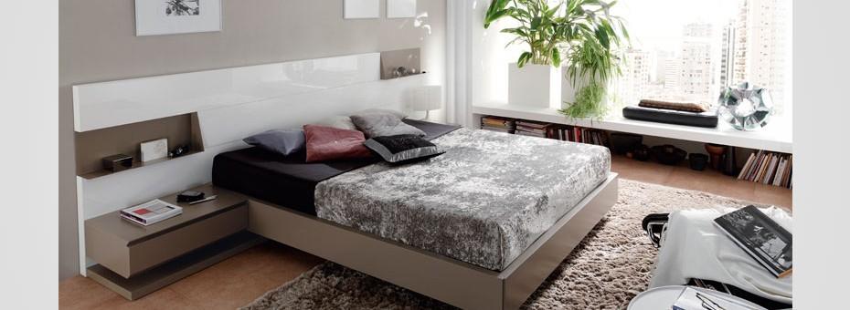 Original propuesta de dormitorio moderno y joven acabado en lacas blanco brillo y cuerda mate.