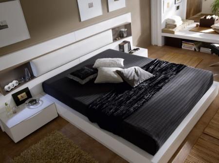 Composición de dormitorio moderno acabado en lacas blanco brillo y cuerda mate.