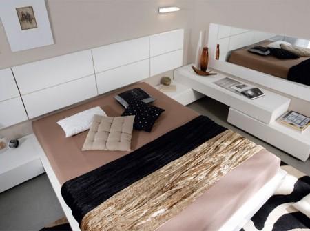 Dormitorio de matrimonio de estilo moderno acabado en lacas blanco brillo y madera natural de roble tiza.